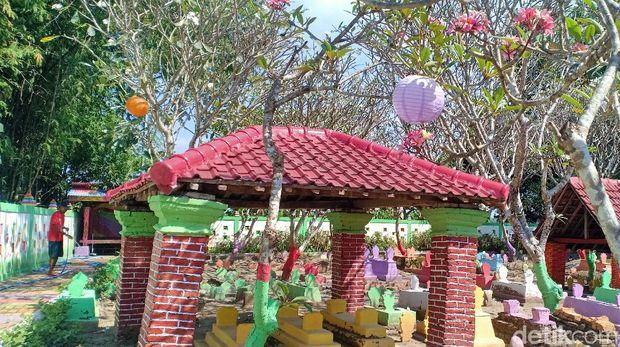 Ada makam warna-warni di Kota Madiun. Kesan seram dari makam itu hilang seketika dan kiri malah menjadi tempat berfoto ria.