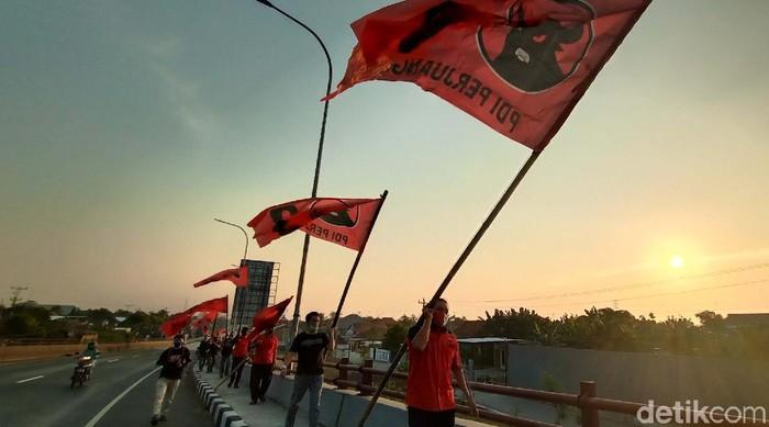 Dewan Pimpinan Cabang (DPC) PDIP Kabupaten Kudus, Jawa Tengah siap memerahkan Kota Kretek. Mereka mengibarkan bendera partai.