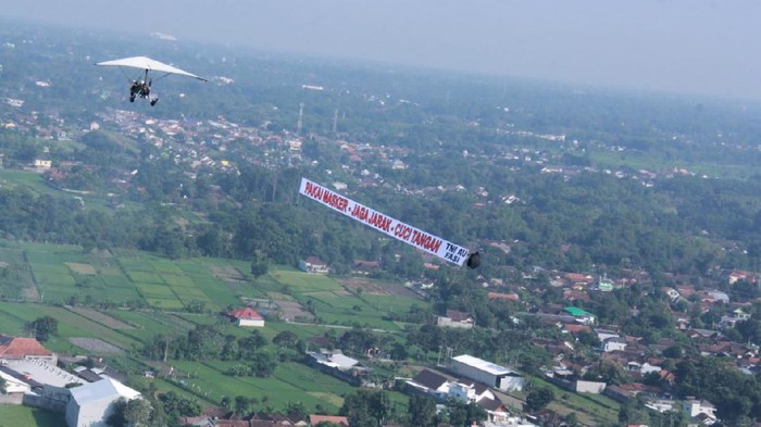 Lanud Adisutjipto bersama Jogja Flying Club dari FASI DIY saat melaksanakan banner flight, Sabtu (27/6/2020).