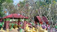 Saat malam hari makan itu juga penuh warna-warni. Lampu lampion tergantung di pohon kamboja makam seluas 1.500 meter persegi itu. (Sugeng Harianto/detikcom)