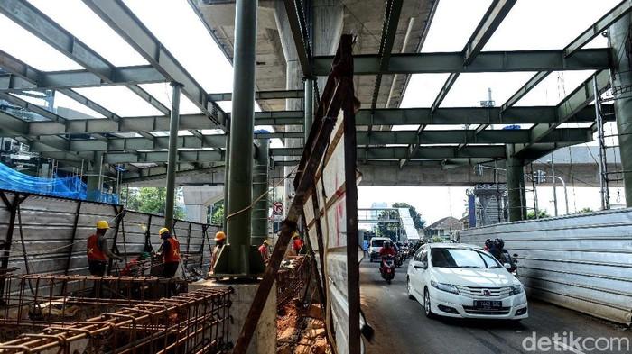 Proyek jembatan layang atau skybridge untuk integrasi antara Stasiun MRT ASEAN dengan Halte TransJakarta CSW terus dikerjakan. Begini progresnya.