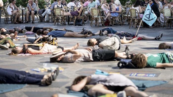 Extinction Rebellion Copenhagen perform a symbolic
