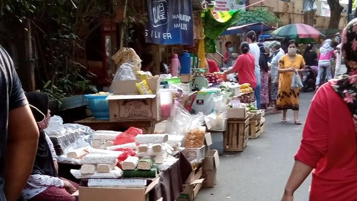 Pedagang Pasar Gembrong Cempaka Putih berjualan di luar