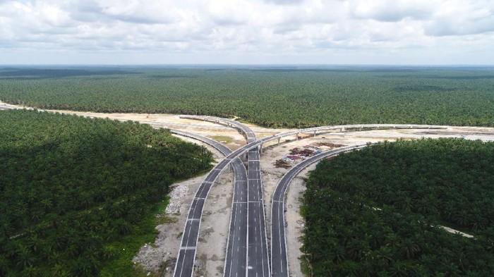 PT Hutama Karya (Persero) mempersiapkan beroperasinya jalan Tol Pekanbaru-Dumai sepanjang 131 kilometer (km). Ini lho penampakannya di antara kebun sawit.