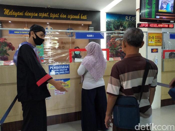 Ada yang menarik di Kantor Samsat Ponorogo. Warga yang ingin perpanjangan STNK atau membayar pajak kendaraan dilayani polisi berpakaian warok.