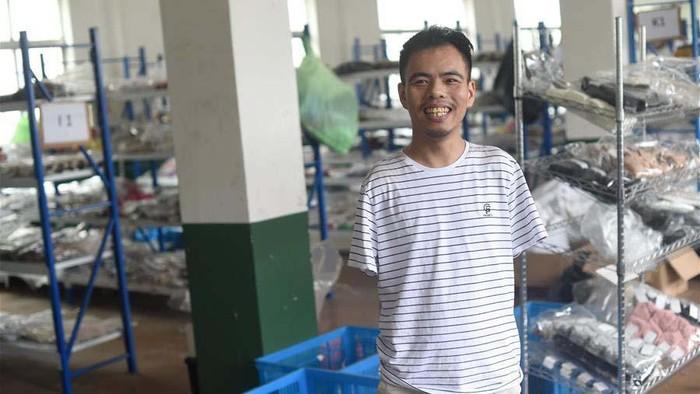 Disabilitas tidak menjadi halangan bagi Jin Jiangwei menjadi pengusaha. Meski tanpa tangan sejak usia 5 tahun, tapi dia berhasil mendirikan sebuah toko online beromset miliaran.