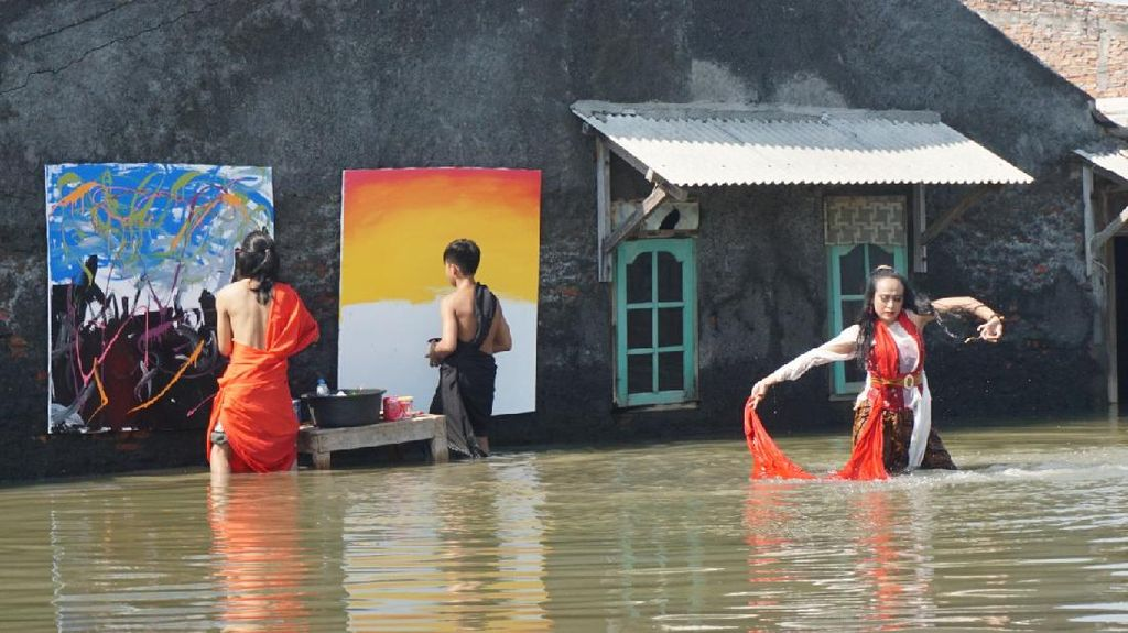 Ekspresikan Keprihatinan Seniman di Tengah Genangan Banjir Rob