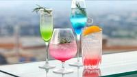 Berbagai pilihan cocktail dan mocktail yang pas untuk dinikmati pun tersaji di sini. Traveler bisa minum sambil menyaksikan indahnya pemandangan sunset dan udara segar Kota Bandung. (Trans Luxury Hotel)