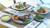 Setelah melewati masa penutupan sementara, The 18th Restaurant and Lounge kembali menghadirkan menu-menu internasional yang inovatif dengan pelayanan terbaiknya. (Trans Luxury Hotel)