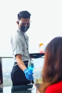 Karyawan yang bertugas dilengkapi dengan masker, sarung tangan, dan face shields. Seluruh karyawan juga dipastikan untuk physical distancing, jadi tamu tidak perlu khawatir. (dok. Trans Luxury Hotel)