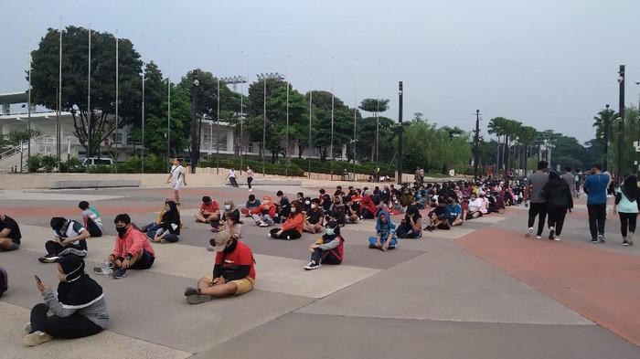 Antrean warga masuk ke ring road Stadion GBK, Jakarta, Minggu (28/6/2020).