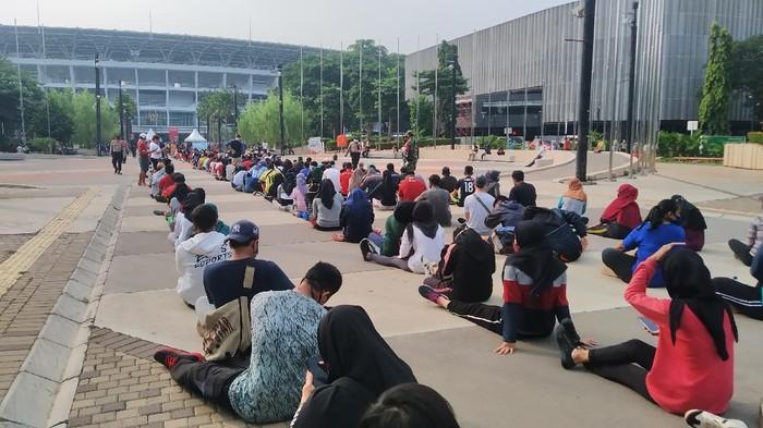Antrean warga masuk ke ring road Stadion GBK, Minggu (28/6/2020).