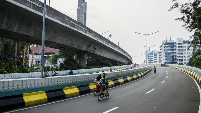 Pemprov DKI menggelar car free day di jalan layang non-tol (JLNT) Antasari, Jakarta Selatan, Minggu (28/6). Warga pun tampak antusias berolahraga di jalan layang tersebut.