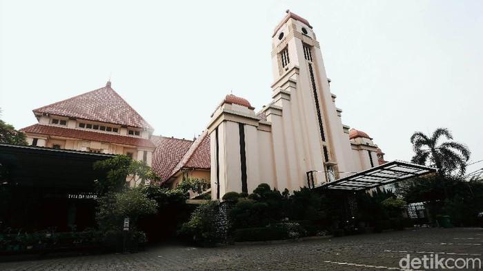 Sejumlah tempat ibadah ditutup sementara di masa pandemi COVID-19. Salah satu tempat ibadah di Jakarta yang ditutup sementara adalah Gereja Katolik St Yoseph. Gereja tersebut beralamat di Jalan Matraman, Jakarta.