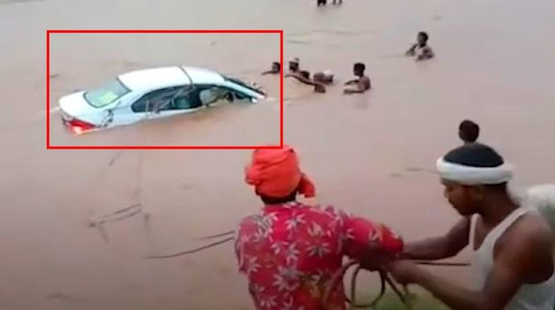 Honda City nyemplung sungai