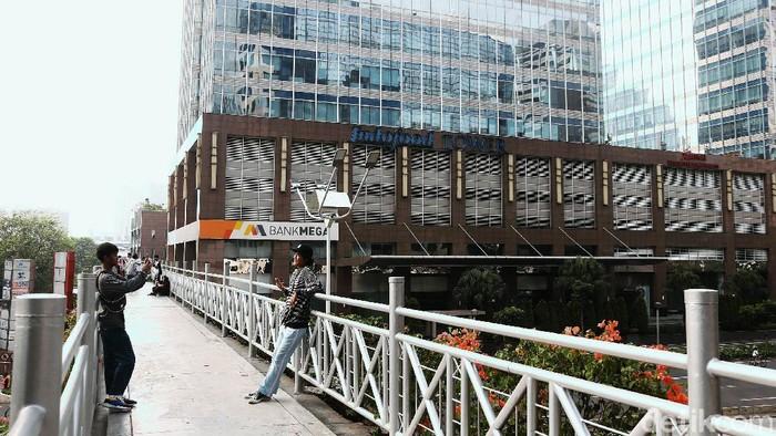 JPO tanpa atap di Jalan Sudirman masih menjadi jujugan warga, Minggu (28/6/2020) Mereka datang untuk berselfie dengan latar belakang gedung-gedung pencakar langit di Ibu Kota.