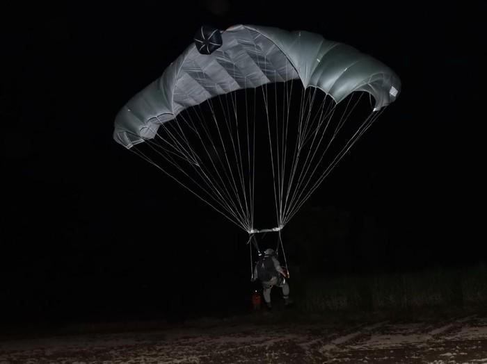 Prajurit Batalyon Intai Amfibi (Taifib) 2 Marinir menggelar aksi terjun tempur dini hari tadi. Terjun tempur malam ini dilakukan dari ketinggian 6.000 kaki.