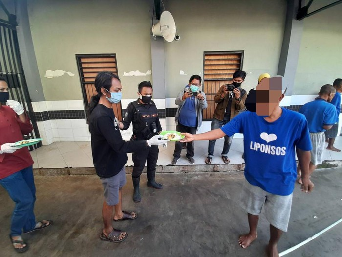 Puluhan warga yang terjaring razia tidak menggunakan masker dan tidak membawa KTP diberi hukuman sosial. Mereka dibawa ke Liponsos Keputih, Surabaya.