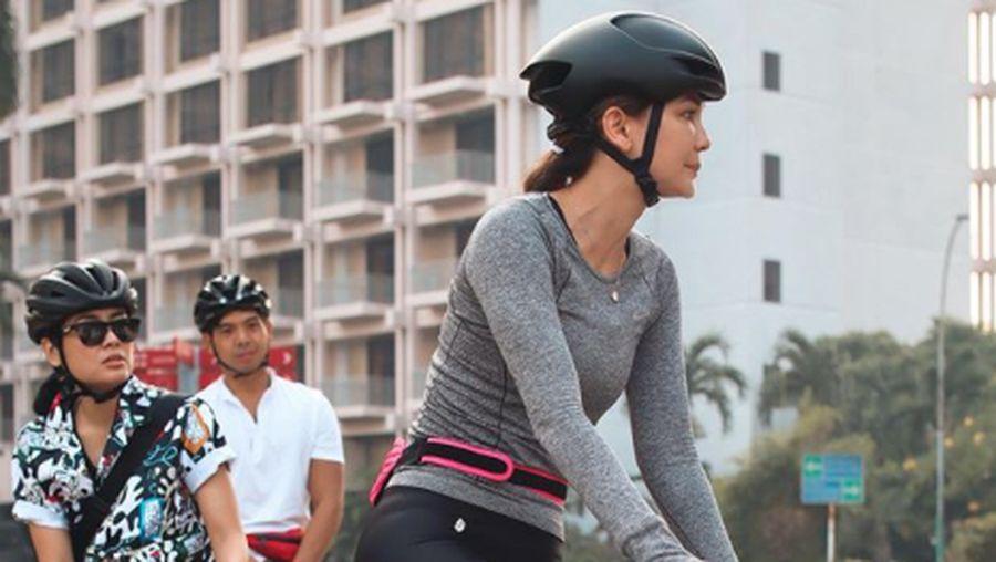 Gisel dan Wijin bersepeda.