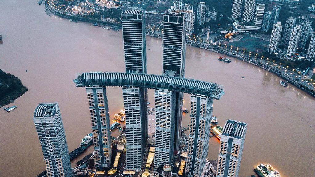 Megahnya Jembatan Raksasa yang Hubungkan 4 Gedung Pencakar Langit