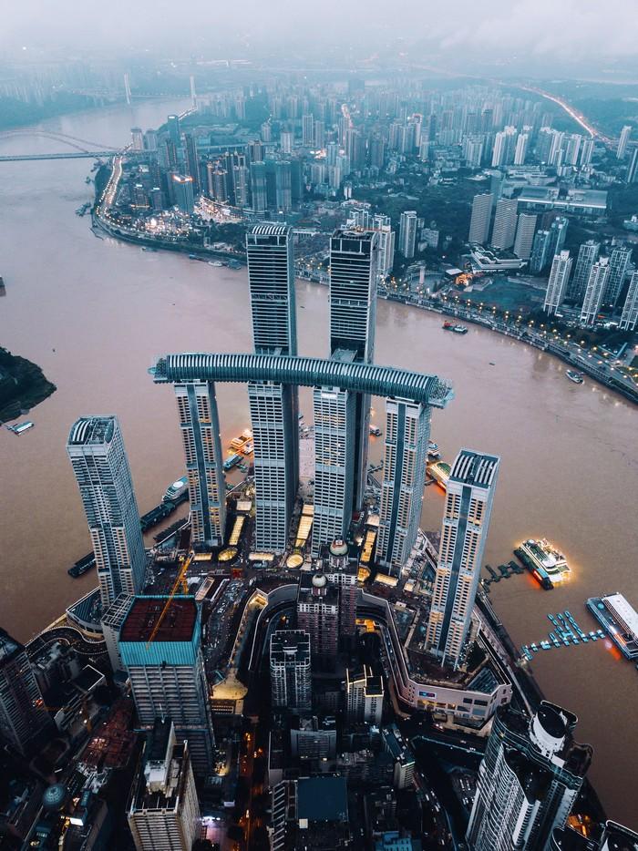 Jembatan raksasa ini namanya Crystal Skybridge. Dia menghubungkan empat gedung pencakar langit setinggi 250 meter. Berikut penampakannya.