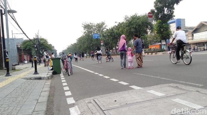 Orang tua membawa anaknya ke CFD di Jalan Pemuda Jaktim