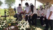 Ibu Once Mekel Dimakamkan Satu Liang Lahat dengan Kerangka Suaminya
