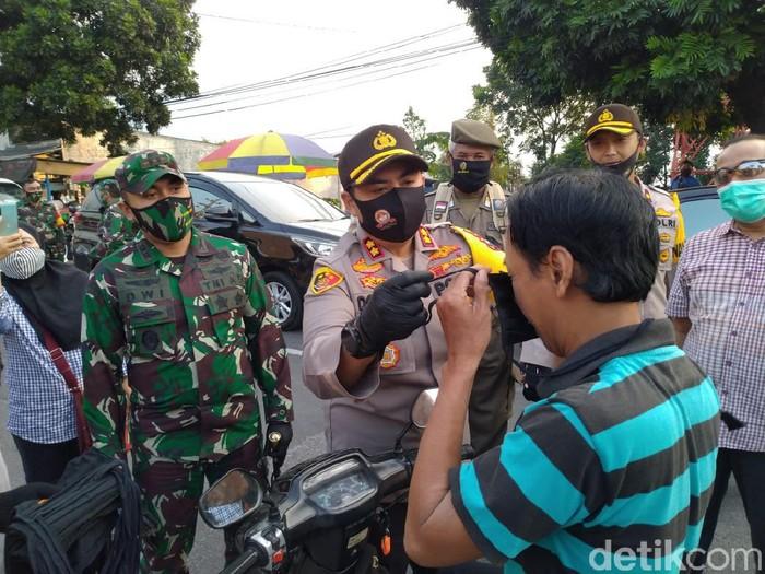 New normal life atau tatanan kehidupan baru akan diterapkan di sektor pariwisata di Kabupaten Mojokerto dalam waktu dekat. Sebagai persiapan menghadapi new normal tersebut, polisi, TNI bersama pemerintah membagikan 10.000 masker di kawasan wisata.