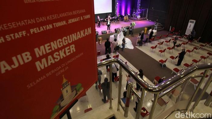 Pemberkatan nikah digelar di Gereja Kristen Pengharapan Allah, Solo, Jawa Tengah, Minggu (28/6). Pemberkatan ini dengan menerapkan protokol kesehatan.