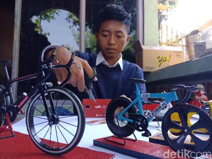 Pemuda Jombang Ini Raup Omzet Jutaan Rupiah Olah Sampah Kartu Seluler