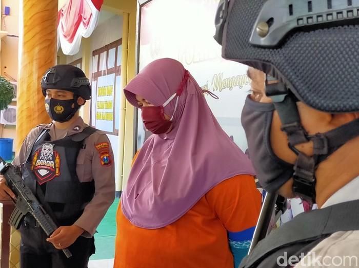 Polresta Banyuwangi mengungkap kasus dugaan penipuan dengan modus memberikan pinjaman uang miliaran rupiah. Pelaku juga mengaku sebagai istri pejabat untuk mengelabui korban.