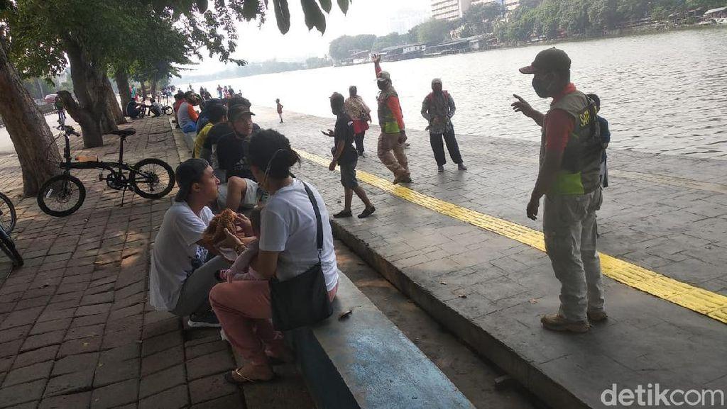CFD di Danau Sunter Jakut Berakhir, Petugas Bubarkan Massa-Semprot Disinfektan