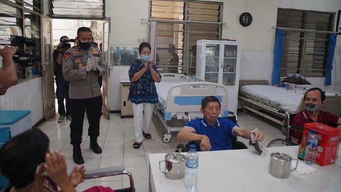 Polri memberikanbantuan sosialkepada 7panti jompo dalam rangkaian peringatanHUT ke-74 Bhayangkara.  Salah satunya di Panti Jompo Wisma Sahabat Baru, Kebon Jeruk, Jakarta Barat, Minggu (28/6/2020). Pemberian bantuan diberikan secara simbolis oleh Karodalops Sops Polri Brigjen Pol Setyo Boedi Moempoeni Harso.