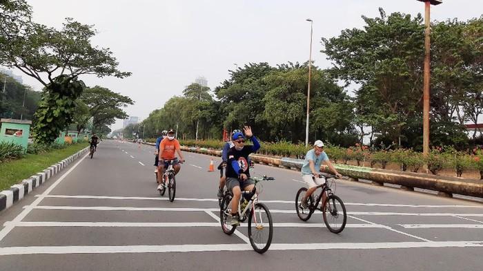 Hari ini car free day digelar di 32 titik di Jakarta. Jalan Benyamin Sueb merupakan salah satu lokasi yang menggelar CFD. Begini suasananya.