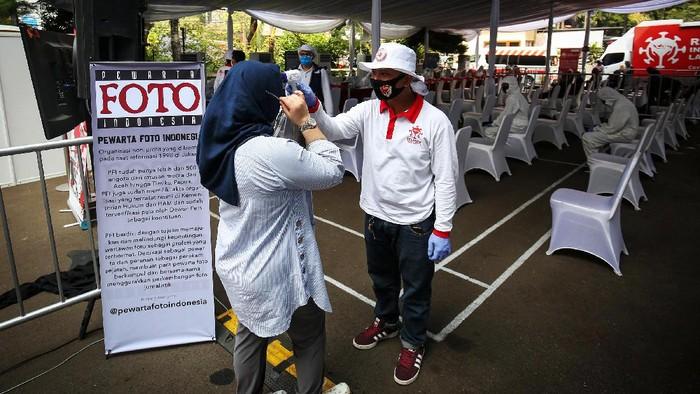 Organisasi nirlaba Pewarta Foto Indonesia bersama pengurus kota Pewarta Foto Indonesia Jakarta menggelar rapid test COVID-19 yang diselenggarakan di halaman gedung Dewan Pers, Jakarta, Minggu (28/6/2020). Dok. PFI Jakarta