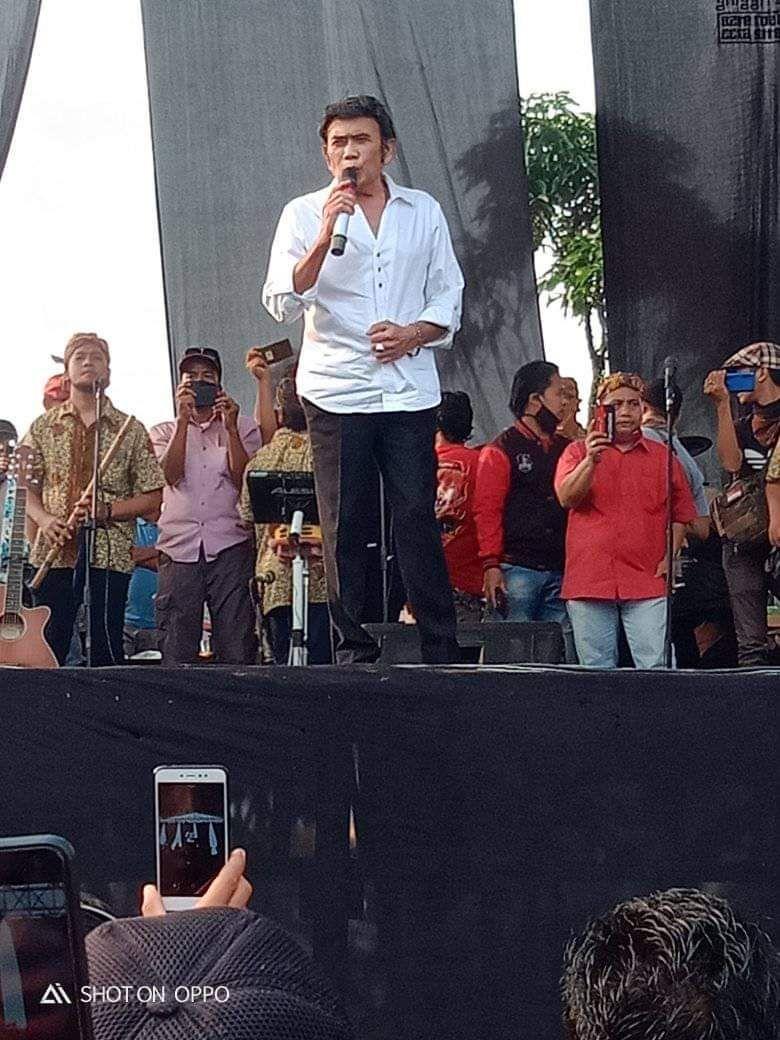 Rhoma Irama bernyanyi di acara khitanan di Bogor
