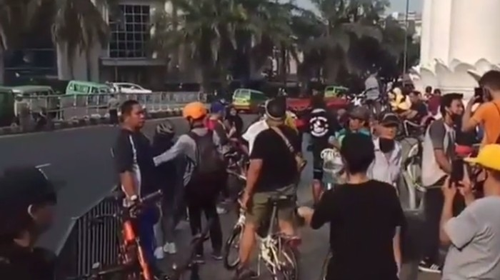 Suasana ramai di trotoar dekat Tugu Kujang Bogor pagi tadi.