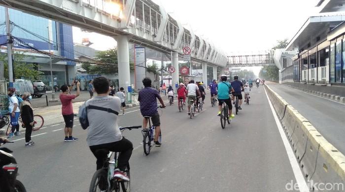 Warga berolahraga di CFD Jalan Pemuda Jaktim