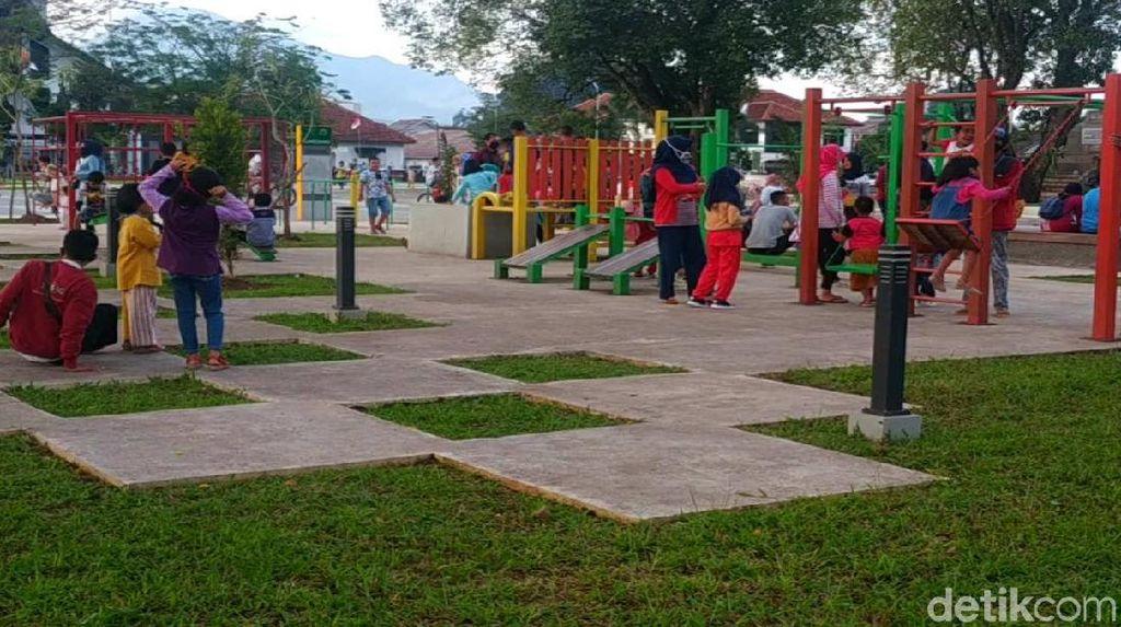 Alun-alun Sumedang Dibuka, Warga Berkunjung Terapkan Protokol Kesehatan