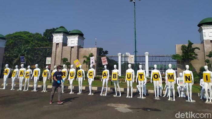 Aksi tolak omnibus law di depan Gedung DPR
