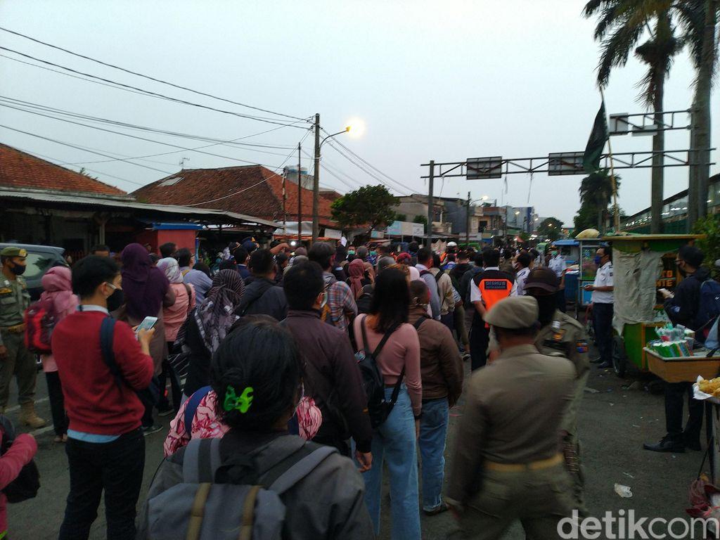 Antrean mengakses bus gratis di Stasiun Bogor, 29 Juni 2020. (Sachril AB/detkcom)