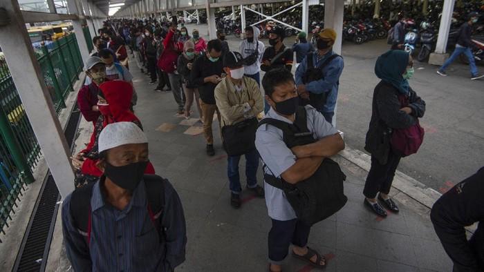 Sejumlah warga mengantre masuk ke dalam bus yang disediakan pemerintah untuk antisipasi membludaknya calon pemnumpang Kereta Rel Listrik (KRL) Commuterline di Stasiun KA Kota Bogor, Jawa Barat, Senin (29/6/2020). Pembatasan penumpang di dalam KRL maupun di area peron menyebabkan antrean panjang penumpang di stasiun tersebut. Untuk mengurainya, pemerintah menyediakan bus gratis dan PT Kereta Commuter Indonesia mengujicobakan sistem informasi mengenai antrean melalui laman utama di aplikasi KRL Acccess dan media sosialnya. ANTARA FOTO/Aditya Pradana Putra/wsj.