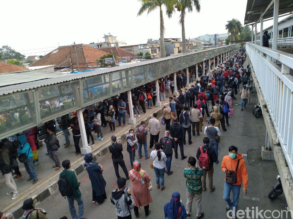 Antrean penumpang kereta di Stasiun Bogo, 29 Juni 2020. (Sachrl AB/detikcom)