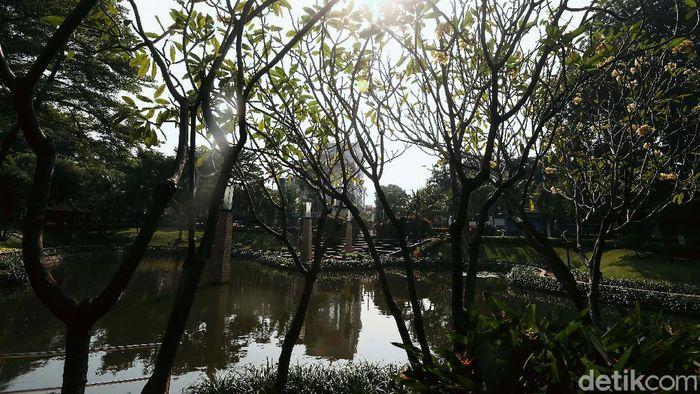 Taman Kota Ayodya atau sering dikenal dengan Taman Barito di Jakarta Selatan, masih ditutup akibat Pandemi COVID-19. Kini taman tersebut terlihat lebih asri.