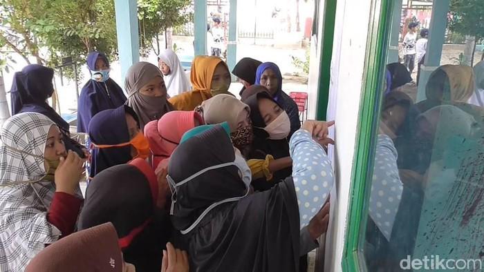 Emak-emak di Sulbar berdesak-desakan pantau kelulusan anak (Abdy-detikcom).