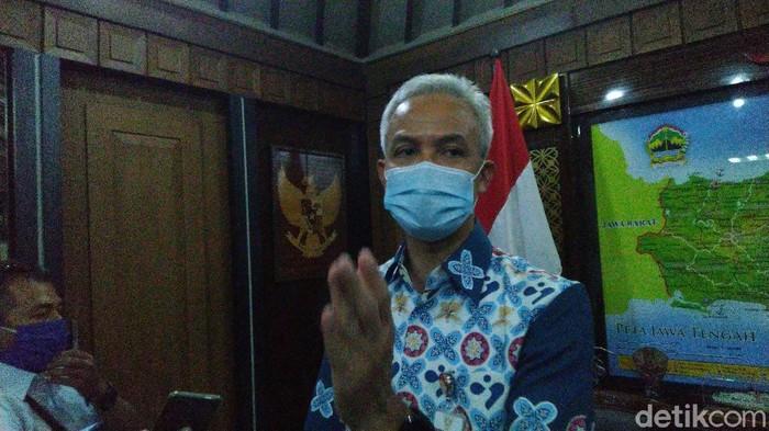 Gubernur Jateng, Ganjar Pranowo usai rapat penanganan pandemi virus Corona di kantornya, Semarang, Senin (29/6/2020).