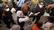 Gubernur Khofifah Bagikan Masker Bantuan dari Presiden
