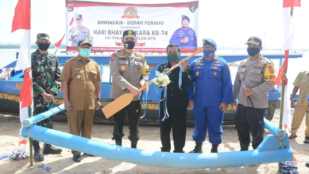 Polda NTB Sumbang Perahu, Permudah Anak SD di Pesisir Lotim Sekolah