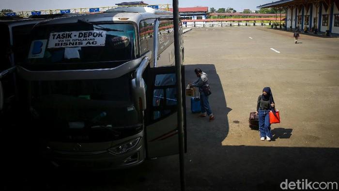 Terminal Jatijajar yang berada di kawasan Depok kembali beroperasi. Sebelumnya, terminal itu ditutup guna mengantisipasi penyebaran COVID-19.