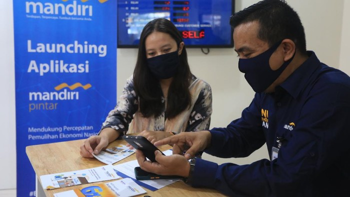 Sebagai bagian dari program Mandiri Digital, Bank Mandiri meluncurkan aplikasi Mandiri Pintar. Aplikasi ini untuk pengajuan kredit mikro secara online.